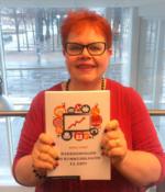 Nina Furu viser fram boken om salg og markedsføring på nett
