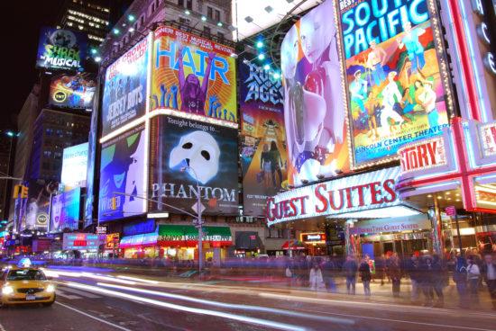 Times Square med mange lysreklamer